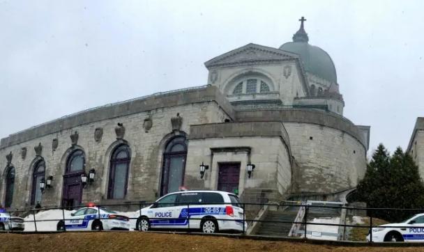Священика вдарили ножем під час меси: жорсткі кадри