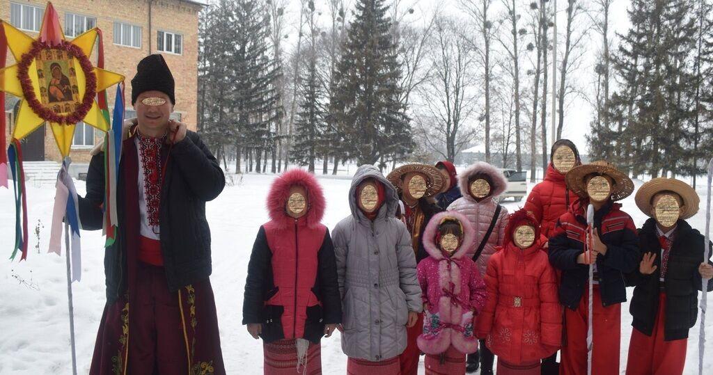 Юрий З. с учениками школы, где он преподает