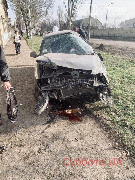 В Запорожской области легковушка влетела в стену одного из предприятий города