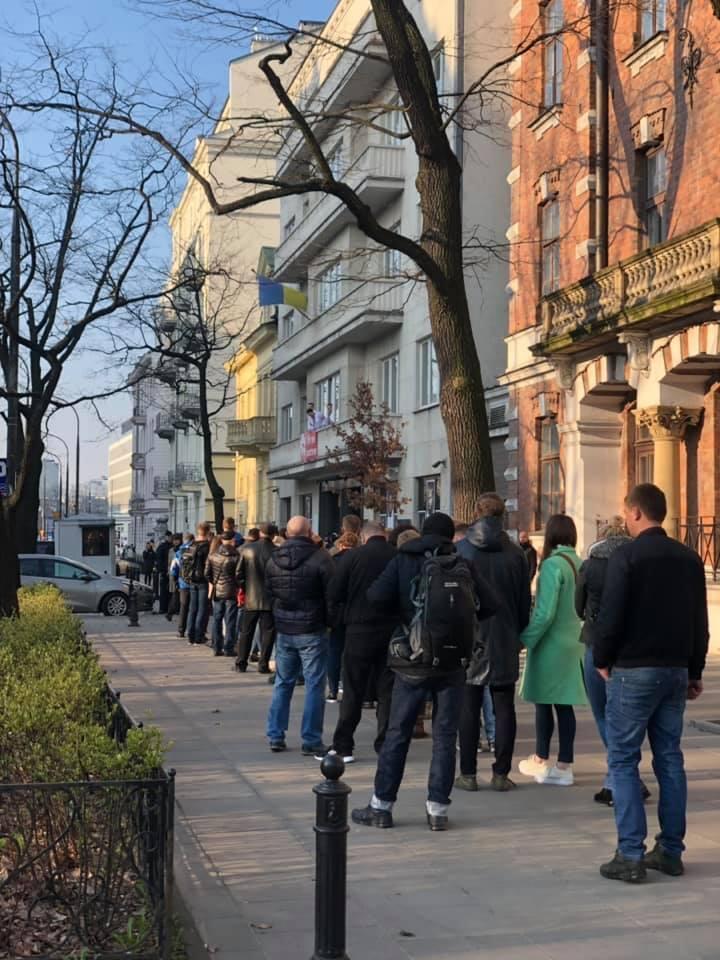 Українці в Польщі вишикувалися в черги заради виборів