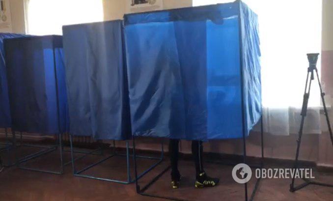 Віталій Кличко у кабінці для голосування