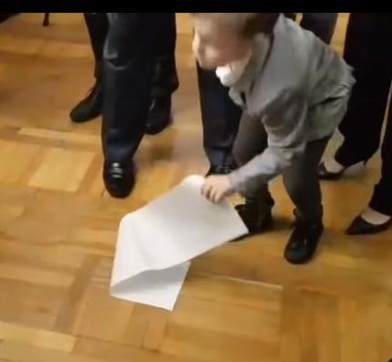 Внук Порошенко уронил бюллетень