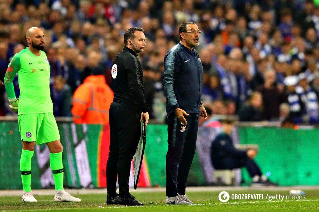 """Мауріціо Саррі (праворуч) намагається докричатися до воротаря """"Челсі"""", який відмовляється йти з поля"""