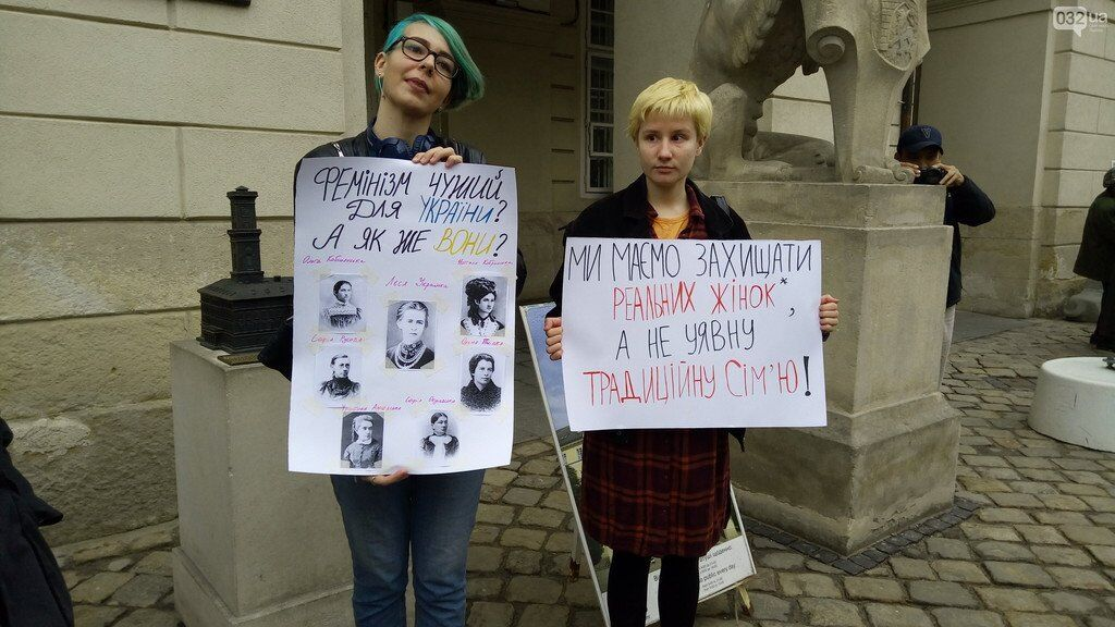 У Львові чоловік вбрався пенісом і встав за жінок
