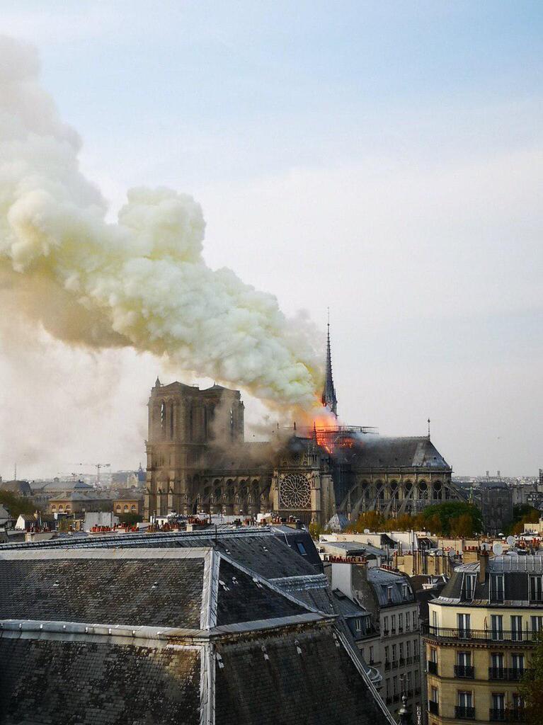 Рухнул шпиль и крыша: во Франции полыхает Собор Парижской Богоматери