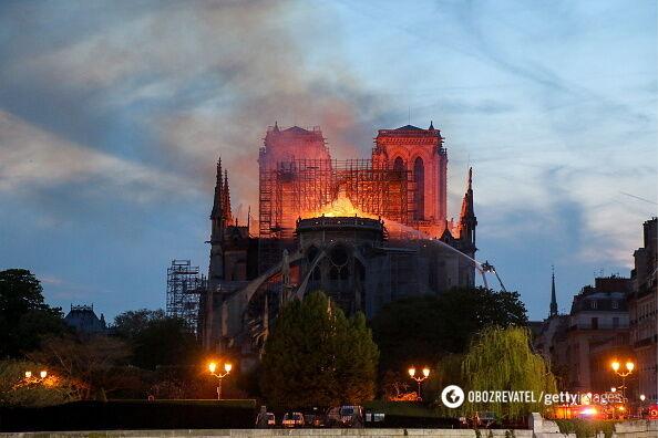 У Франції згорів собор Паризької Богоматері: фото і відео наслідків