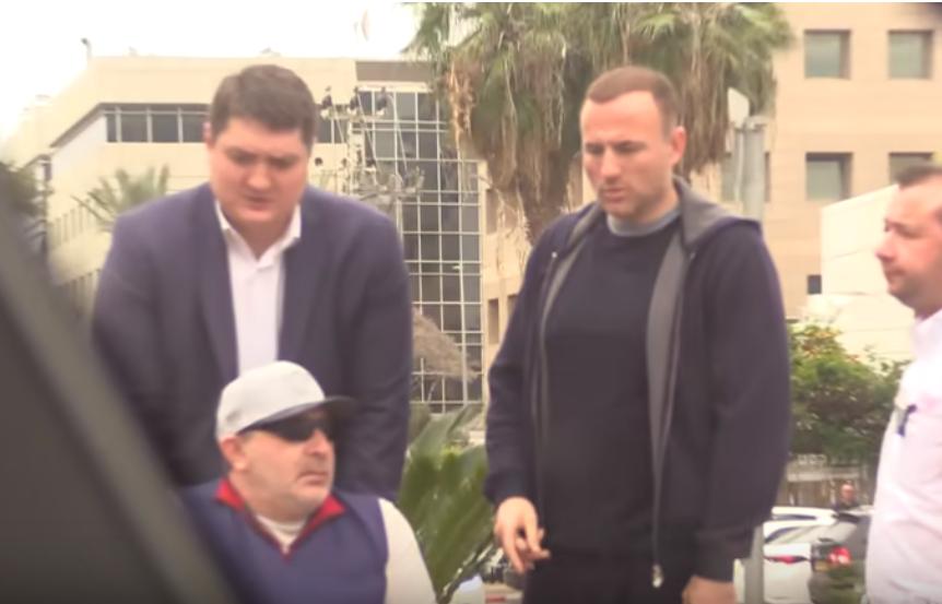 Фукс и Кернес возле отеля, где находится офис Коломойского