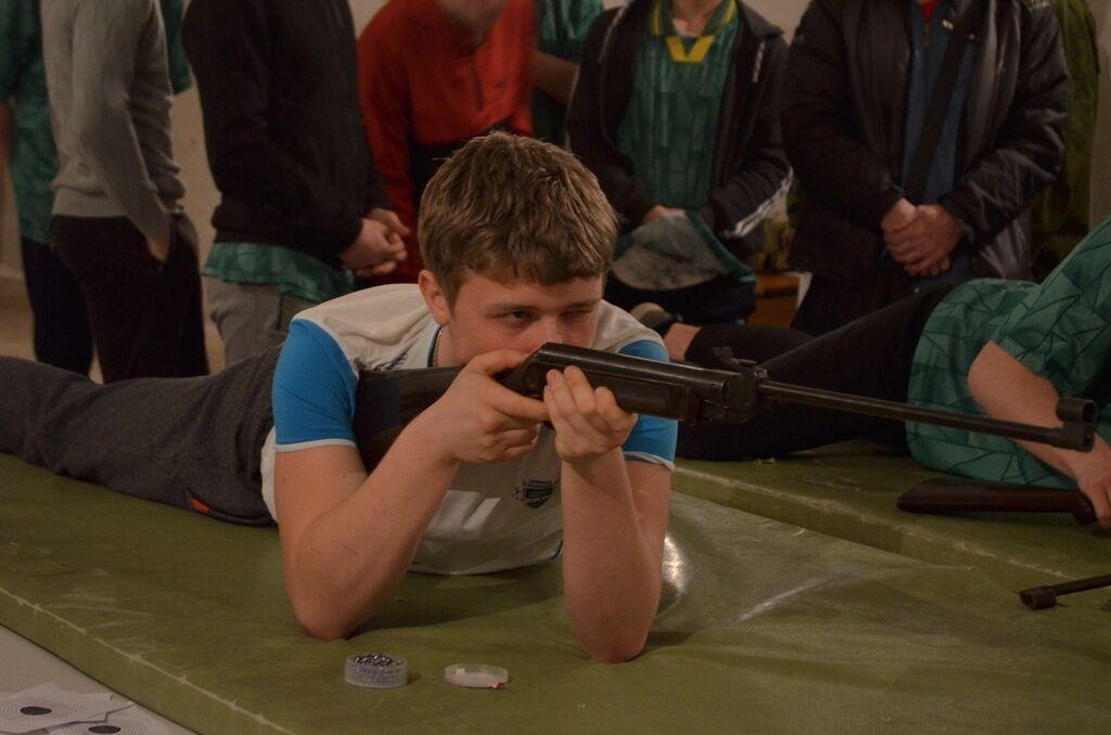 Детей водят на экскурсии и учат стрелять
