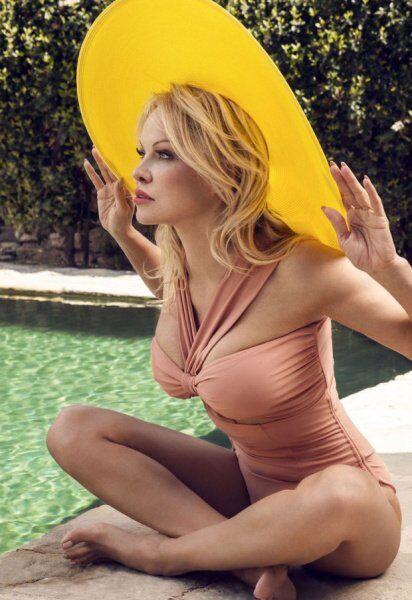51-летняя звезда Playboy снялась в откровенной фотосессии с молодым женихом