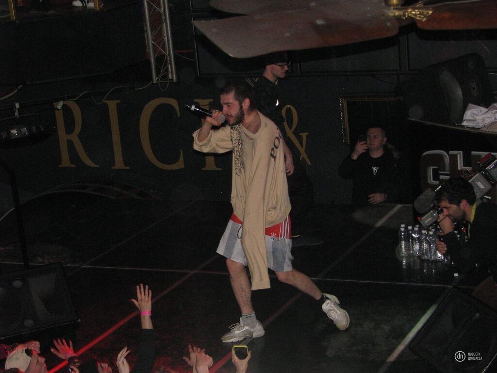 Скандальный российский рэпер кидался бутылками в зрителей Донецка