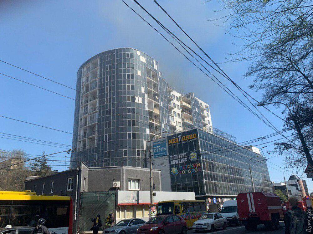 Лопались окна: в Одессе загорелась многоэтажка