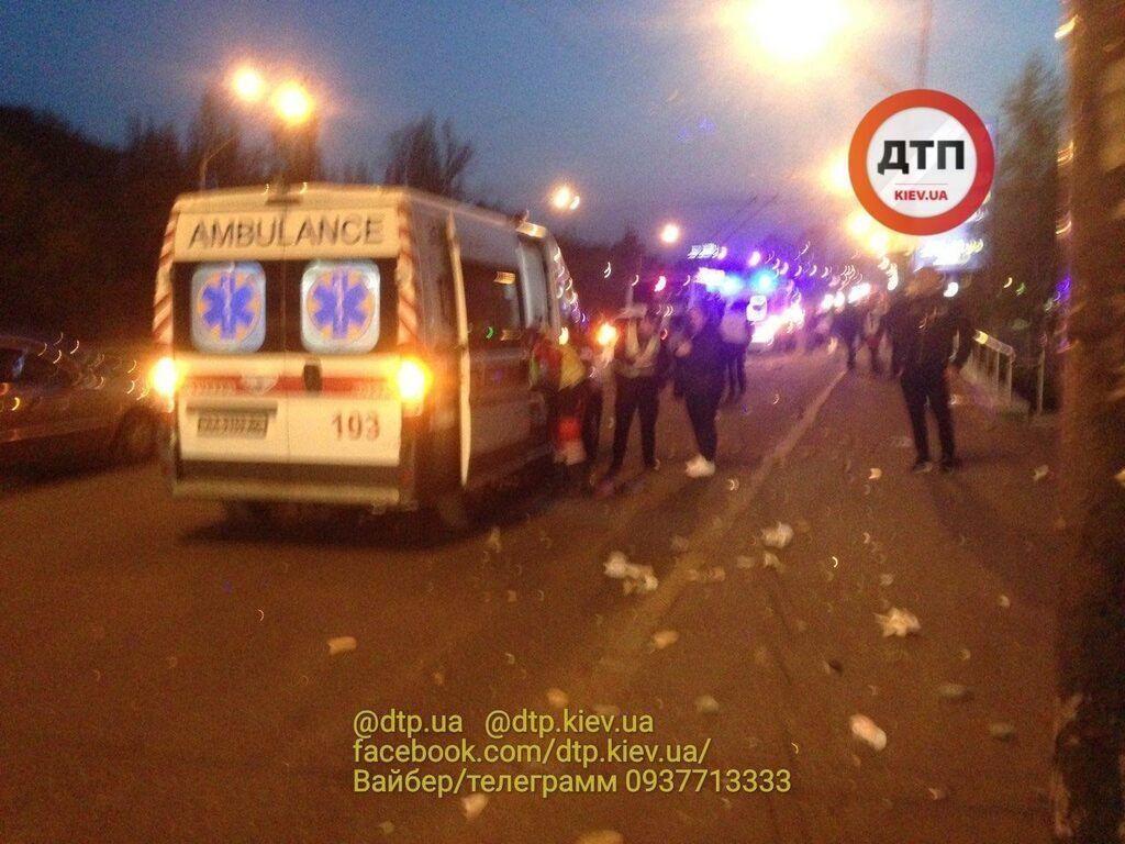 В Киеве авто снесло людей на остановке