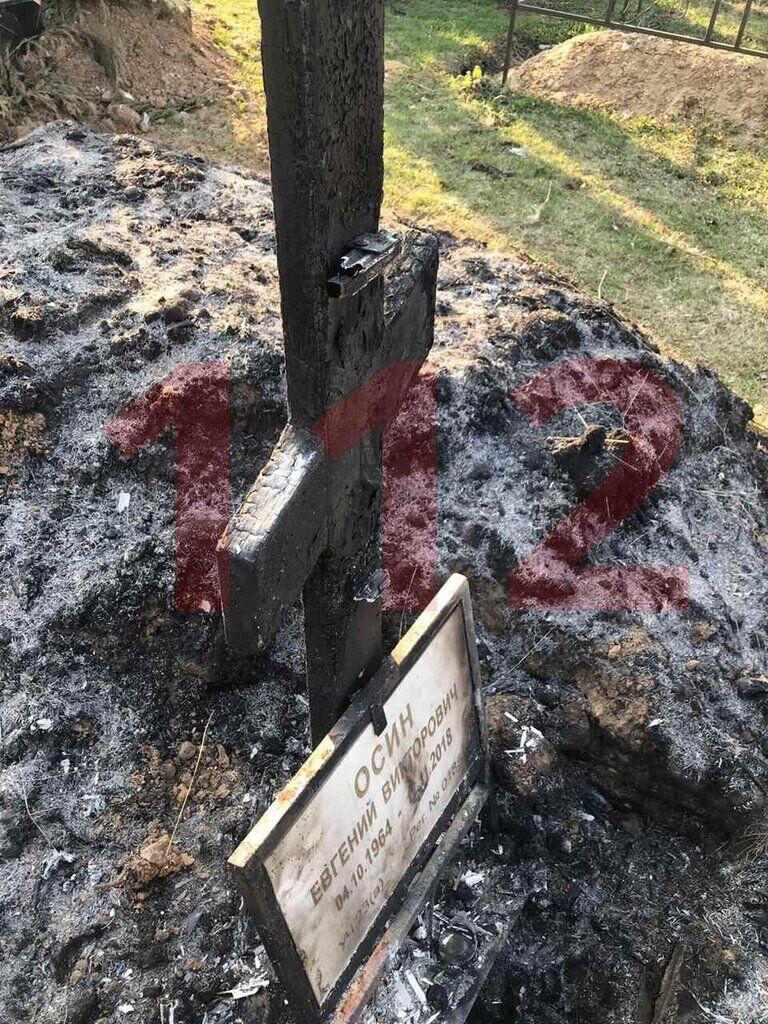 У Росії спалили могилу відомого музиканта: відео з місця