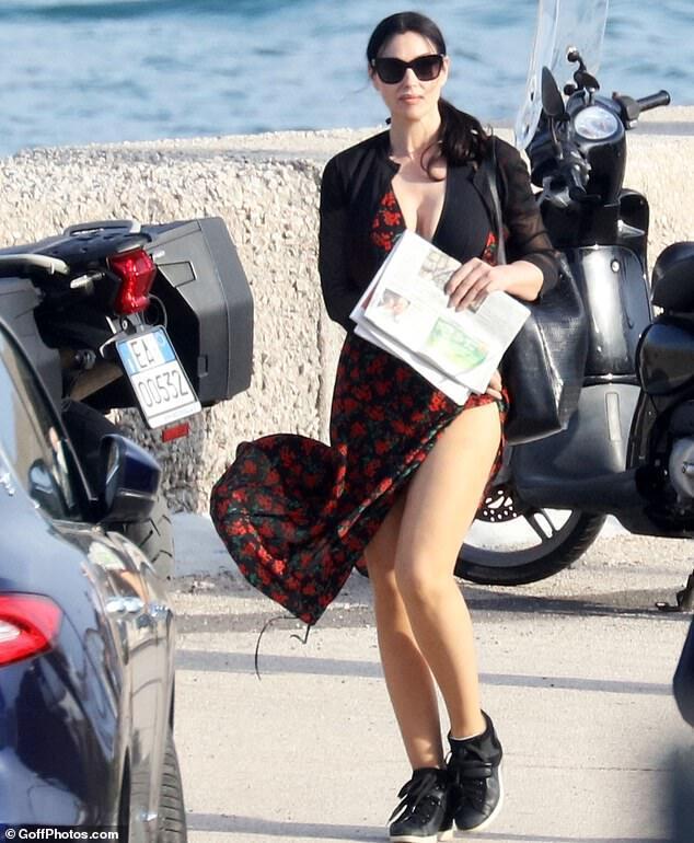 54-річна Беллуччі показала розкішні форми