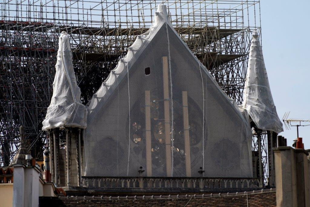 """Згорілий Нотр-Дам накриють """"парасолькою"""": свіжі фото собору"""