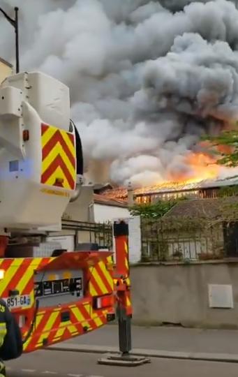 У Парижі спалахнула пожежа біля Версалю: перші відео з місця НП