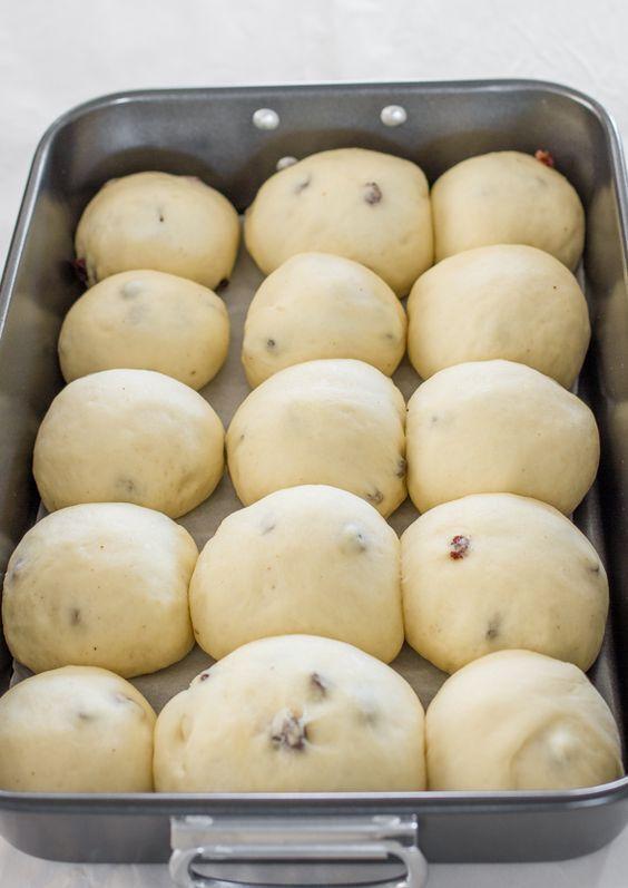 Не куличом единым: как приготовить вкусные пасхальные булочки