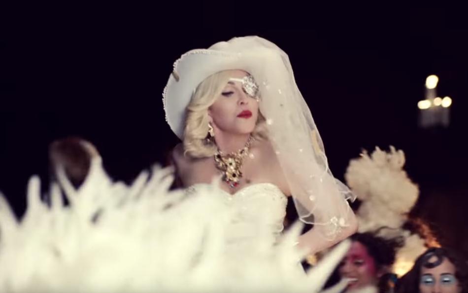 Мадонна випустила відвертий кліп