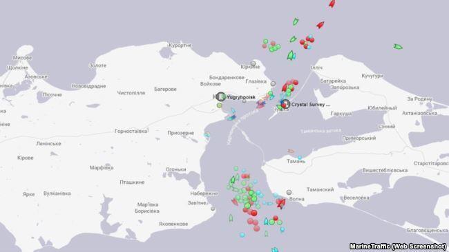 """Керченську протоку заблокував """"затор"""" з кораблів"""