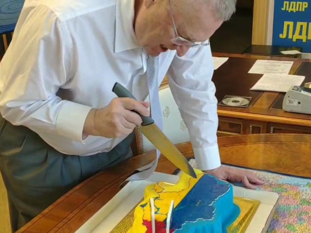 Жириновський ріже торт у вигляді карти України