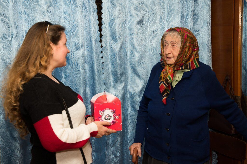 Літнім людям Донеччини вручили паски до Великодня
