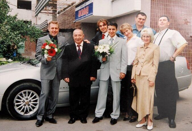 Отец и мать Зеленского на переднем плане