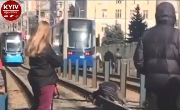 В Киеве с моста упал мужчина