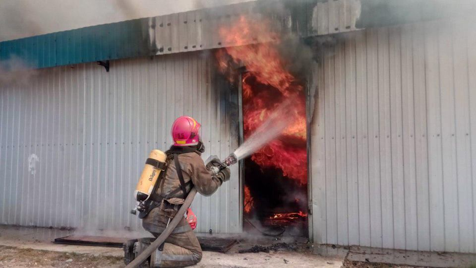 В Киеве вспыхнул крупный пожар: подробности и видео
