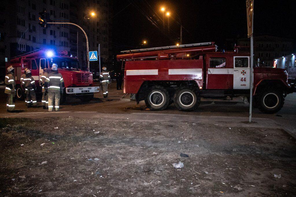Оторвало кисть: в Киеве на парковке взорвалось авто. Фото и видео с места ЧП