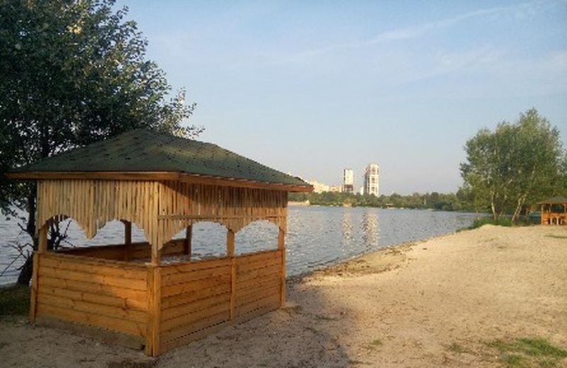 Одна из беседок на озере