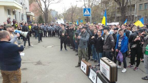 В центр Киева стянули силовиков, военных и медиков: движение частично ограничено
