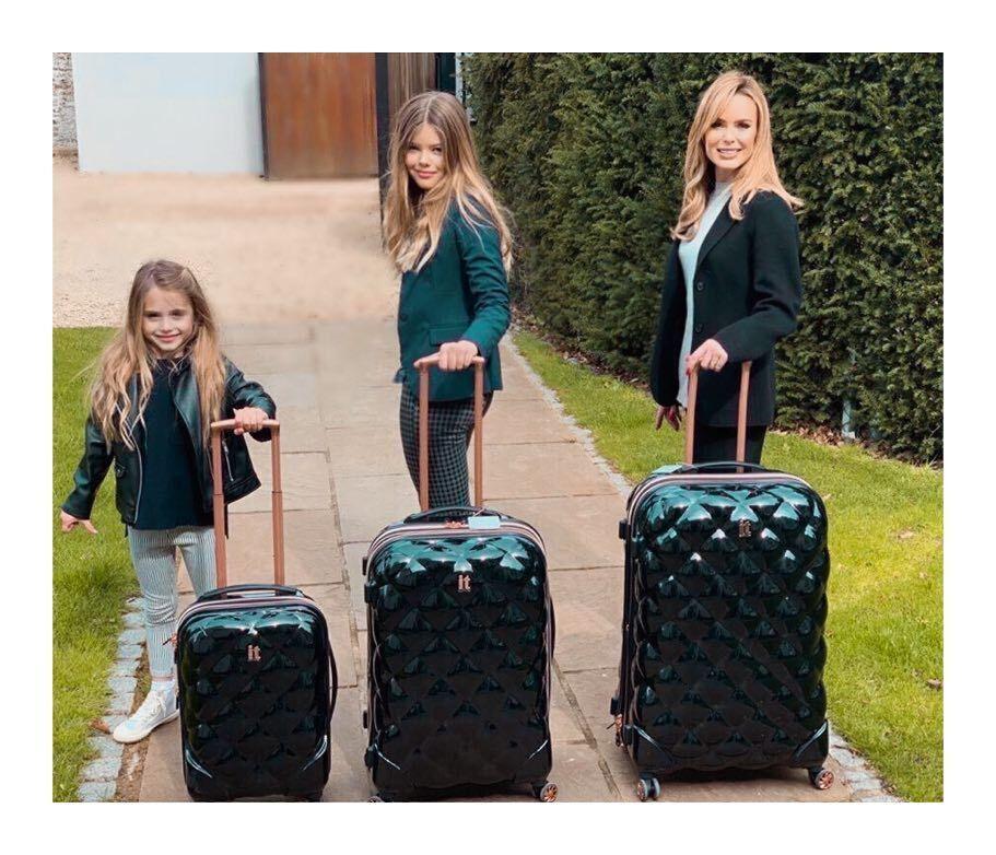 Аманда Холден с дочерьми