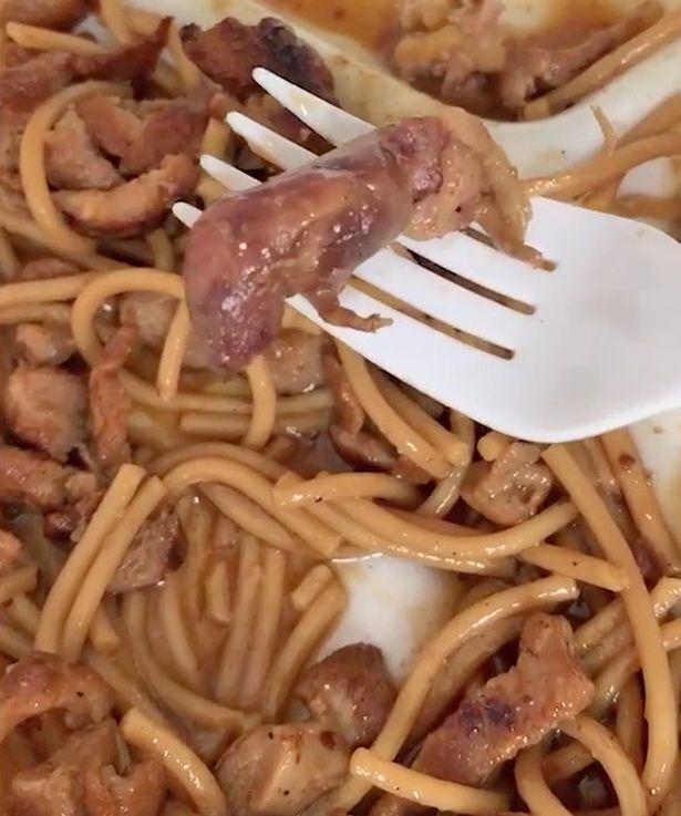 Женщина нашла в своем блюде крысу и шокировала сеть