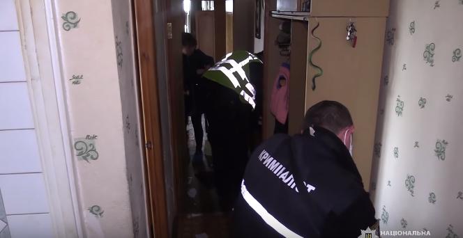 В Киеве в квартире обнаружили два трупа и изможденного ребенка