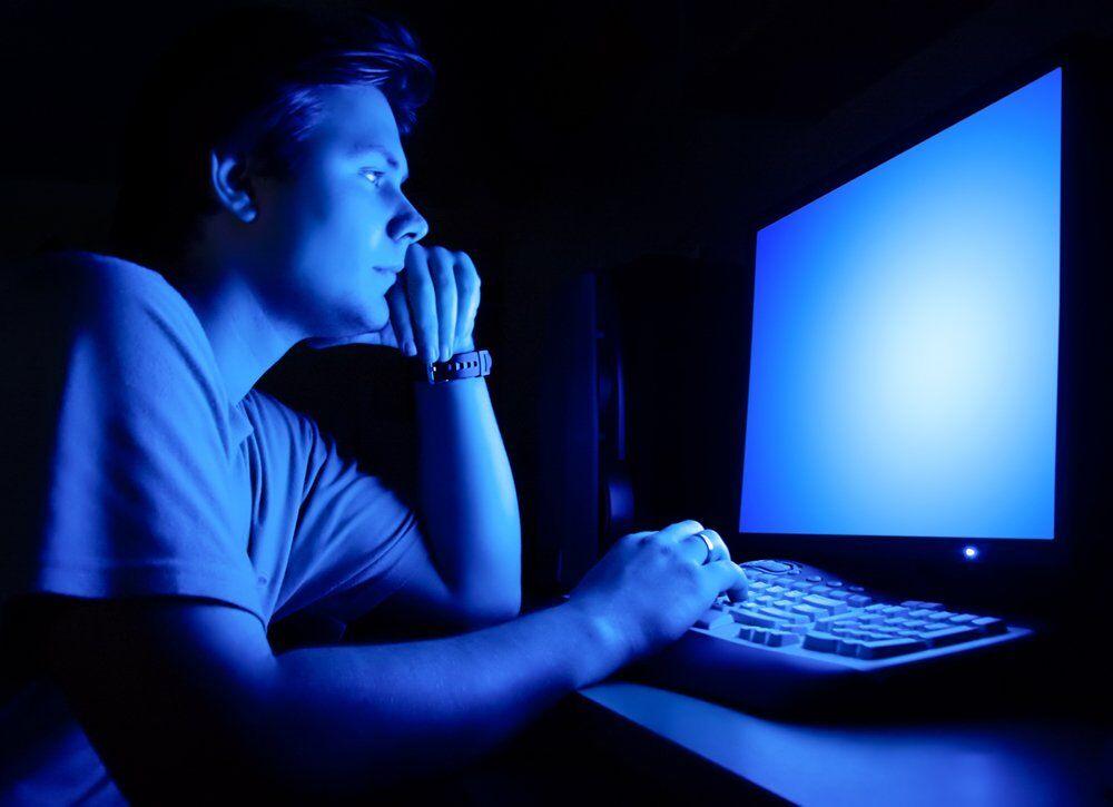 Синий свет экранов мешает засыпанию