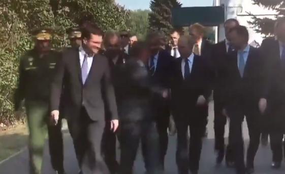 Видео нелепого конфуза с Путиным рассмешило сеть
