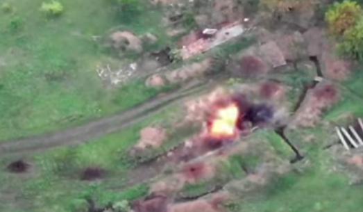 """Это красиво"": ВСУ на Донбассе зрелищно разбомбили технику врага. Видео"