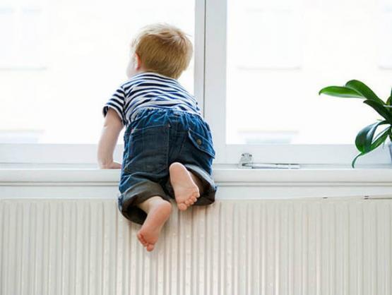 Ребенок может в одно мгновение взобраться на подоконник