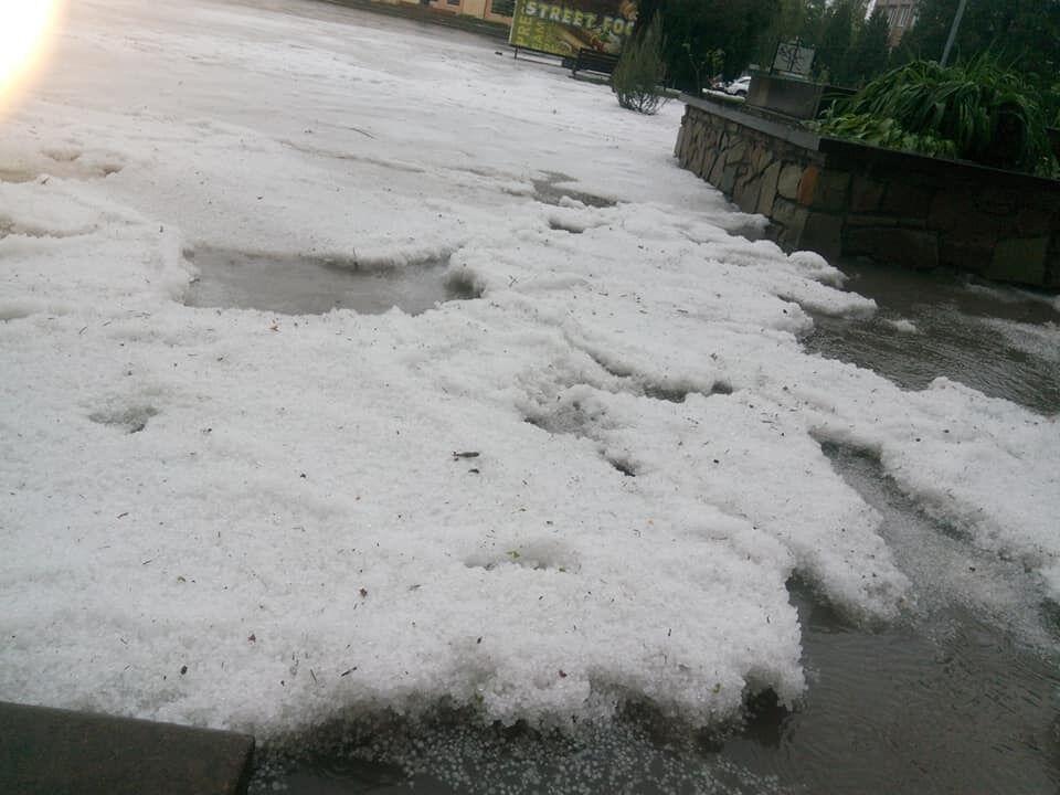 Град та сніг в Збаражі (Тернопільська область)