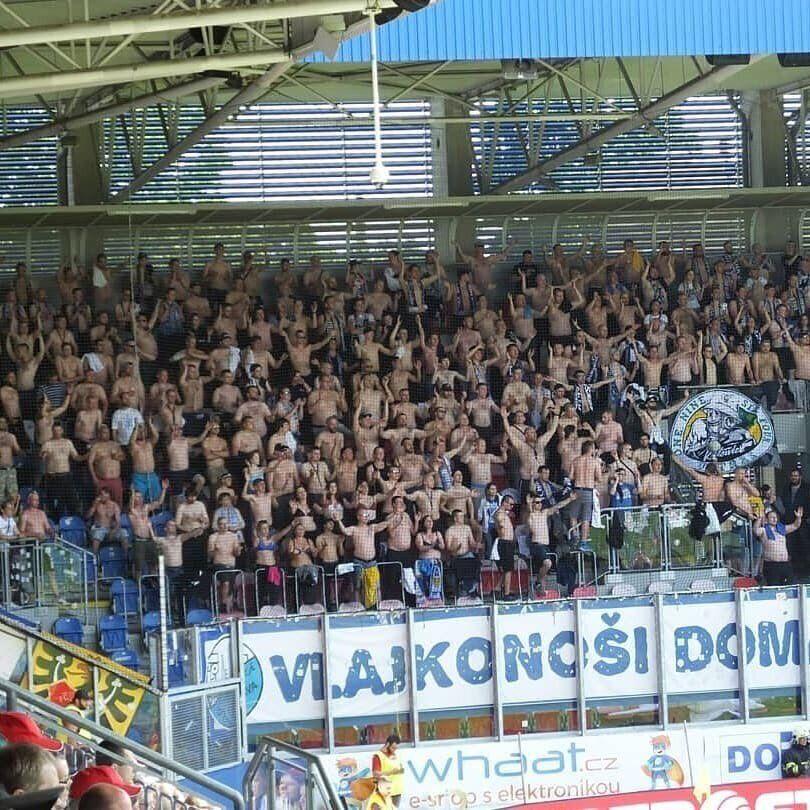 Уболівальниці масово роздяглися на футболі в Чехії