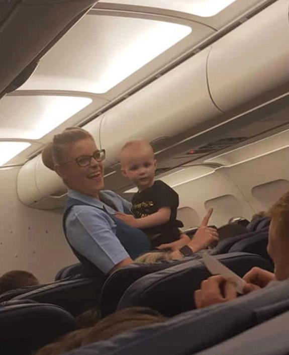 Стюардесса спасла ребенка во время рейса в Турцию и стала героем