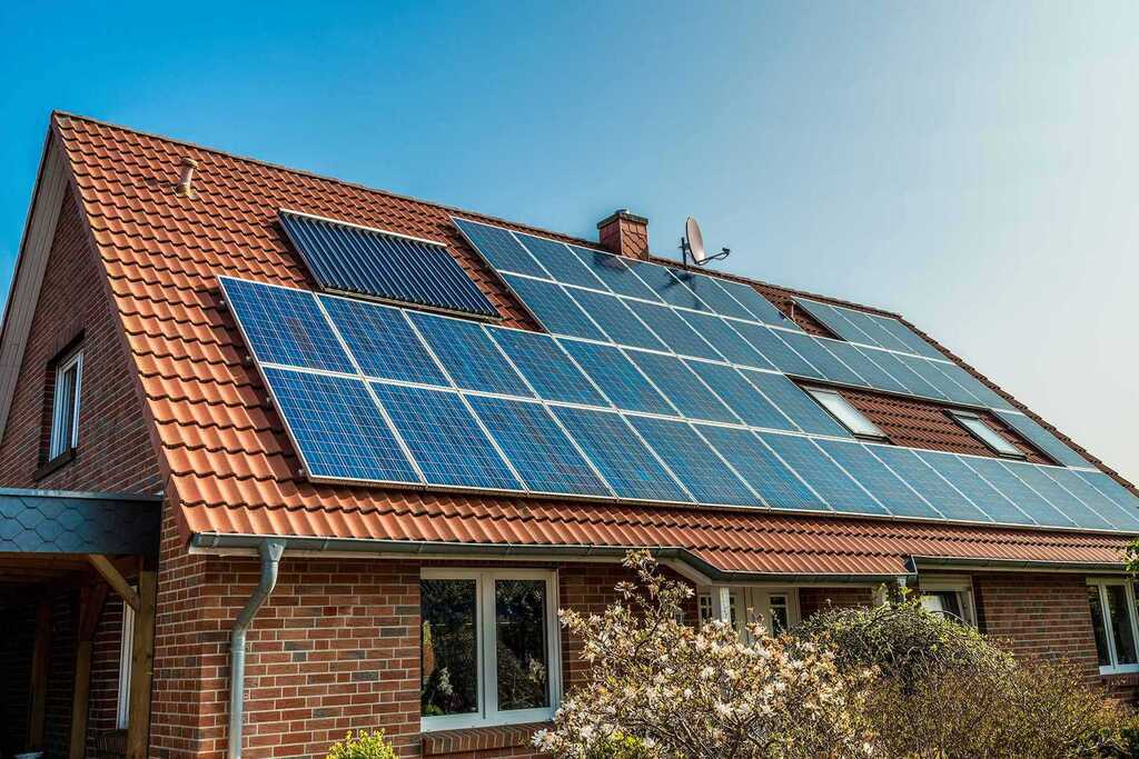 Сонячні батареї в будинку: українцям пояснили вигоду