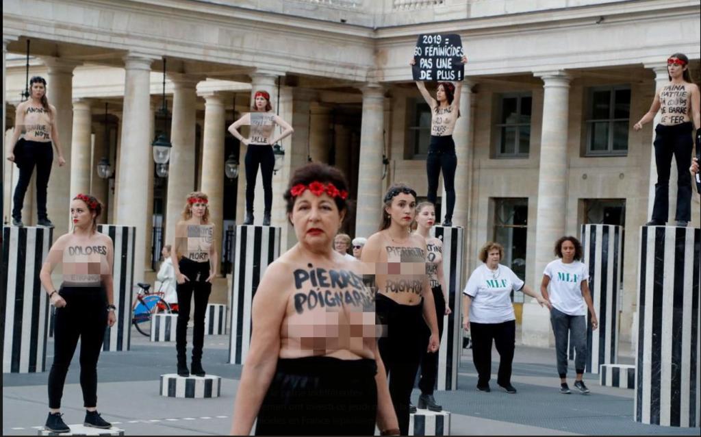 Femen вышли на акцию в Париже