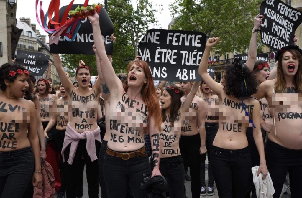 Femen устроили акцию протеста напротив Лувра