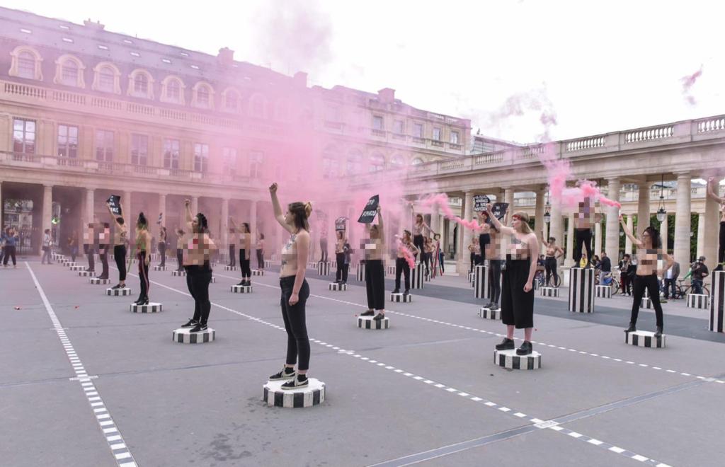 Femen зажгли дымовые шашки