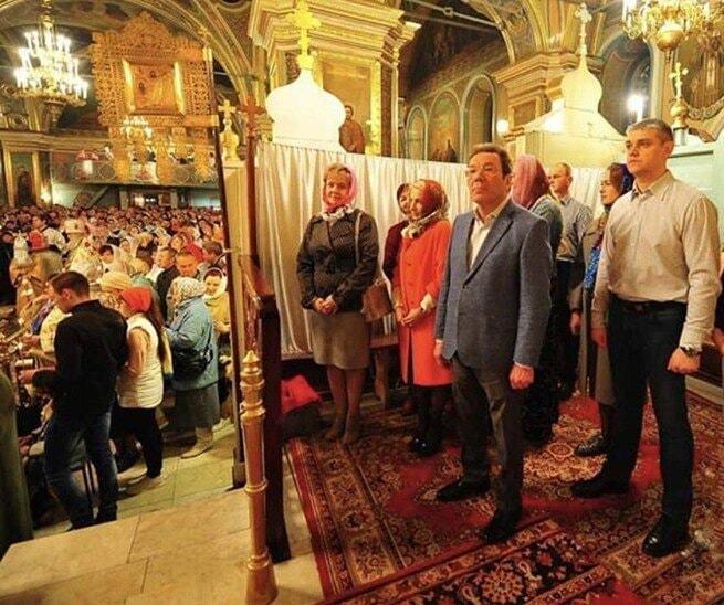 Российские чиновники отгородились в церкви от остальных прихожан