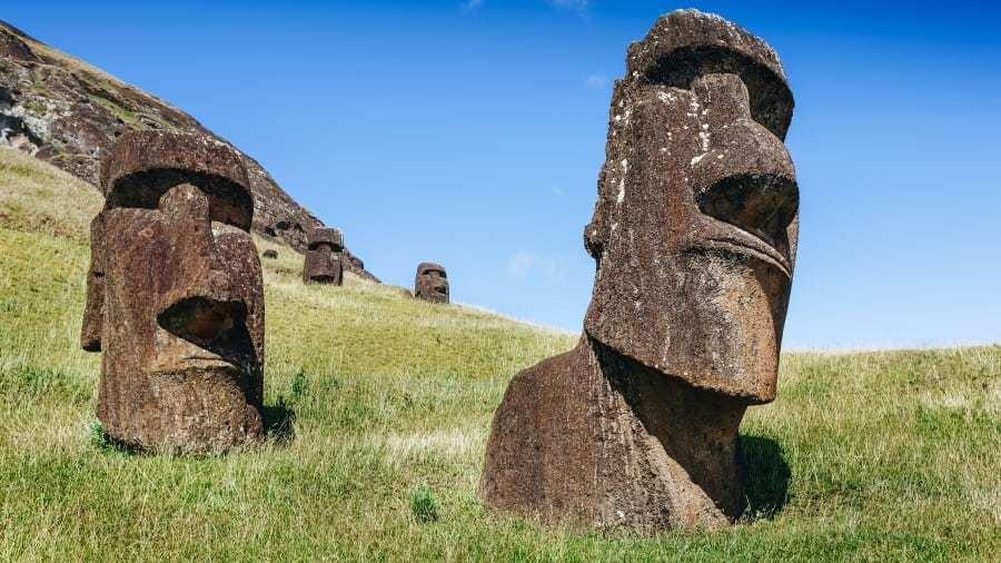 Туристы уничтожают древних идолов острова Пасхи