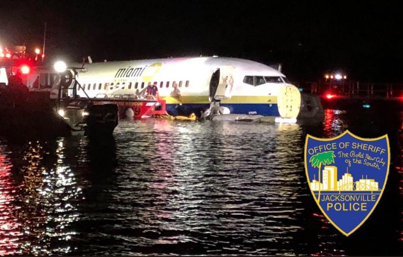 У США Boeing 737 із пасажирами впав у річку