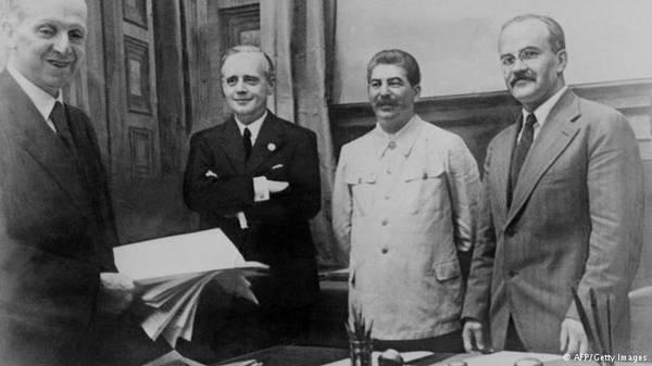 """Сталин и Риббентроп после подписания """"пакта о ненападении"""" между СССР и нацистской Германией, 23 августа 1939 года"""