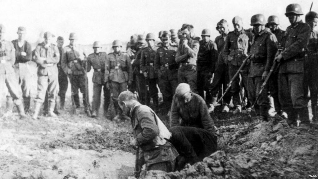 Советские пленные роют себе могилы